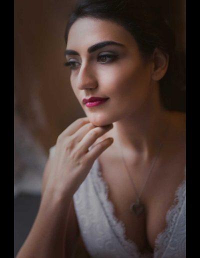Das Bild zeigt eine dunkelhaarige Braut mit perfekt abgestimmten Braut Make Up bei einem Brautshooting in Frankfurt