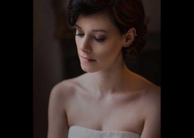 Das Bild zeigt eine dunkelhaarige Braut mit perfekt abgestimmten Hochzeits Make Up bei einem Brautshooting in Frankfurt