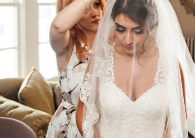 Das Bild zeigt Nadine beim letzten Feinschliff für das Brautstyling