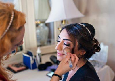 Das Bild zeigt Nadine bei ihren Arbeiten für das perfekte Braut Make Up einer Kundin