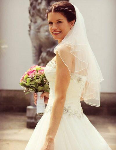 Das Bild zeigt eine Braut mit einer wunderschön von Diana Axt gearbeiteten Hochzeitsfrisur